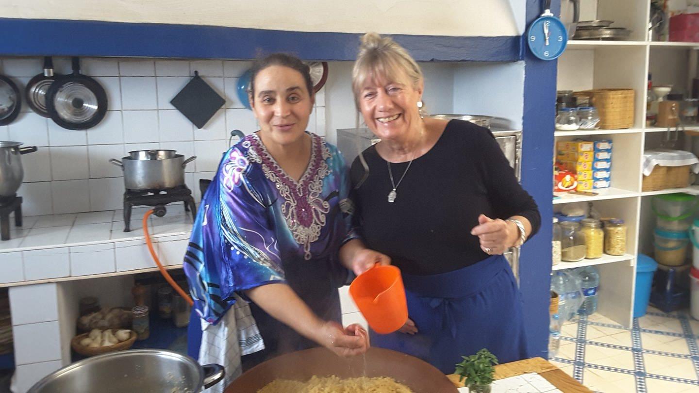 Die deutsche Hotelchefin Roro und Küchenchefin, die Berberin Khadija (Foto: SWR, Margrit Braszus)
