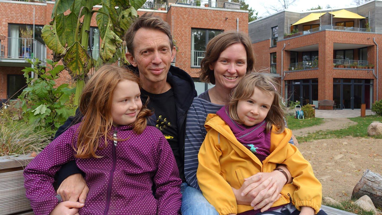 Die lebendige Nachbarsfamilie: Jule und Heiko Harlapp mit ihren Töchtern Lina (links) und Lotta.