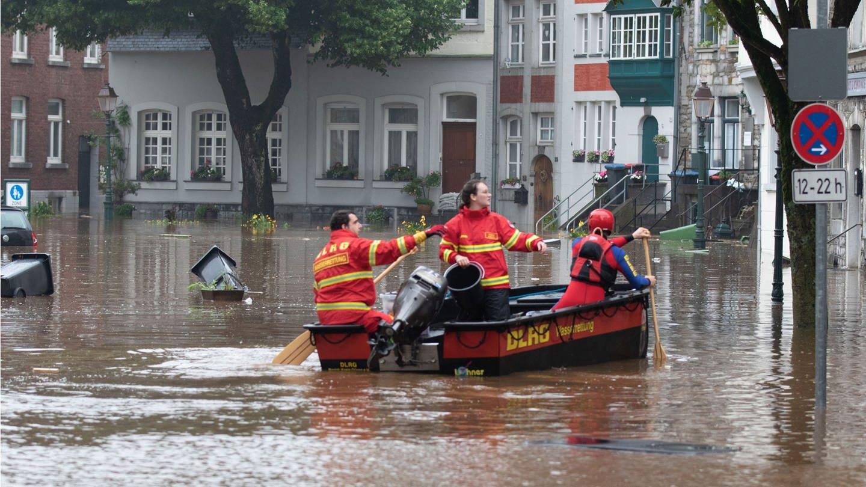 Ein Boot der Deutschen Lebens-Rettungs-Gesellschaft (DLRG) ist bei Hochwasser im unterwegs