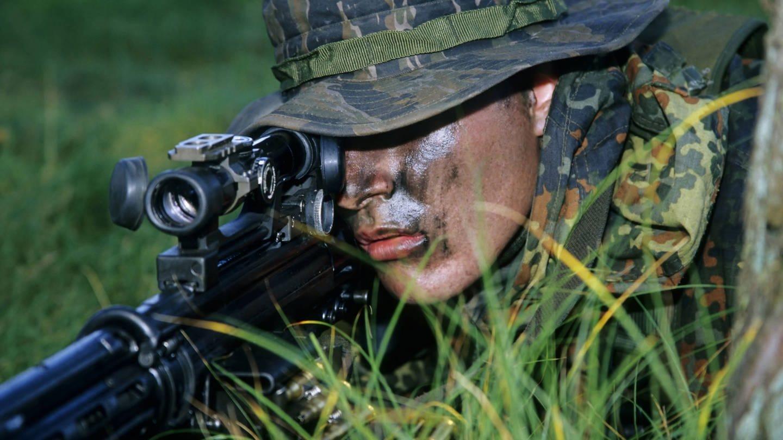 Kampfschwimmer im Training als Scharfschütze mit Gewehr G 3 und Zielfernrohr