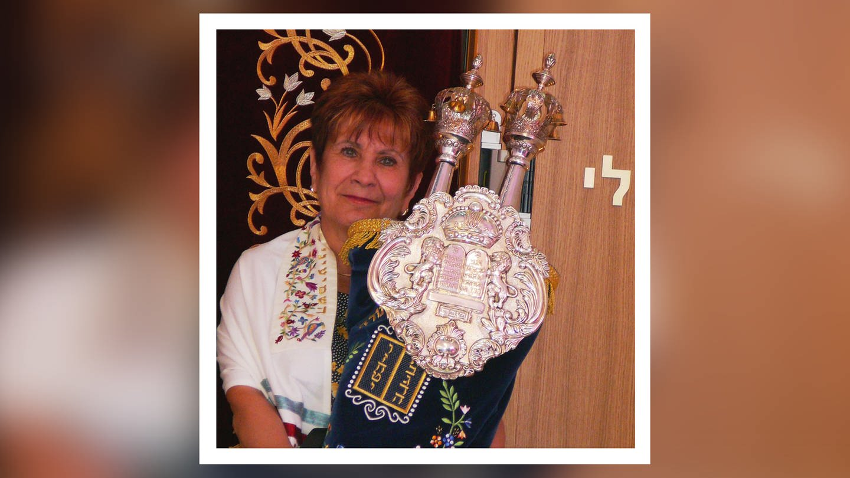 Alexandra Khariakova hält die neuen Thorarollen in Händen (Foto: SWR, Igal Avidan)