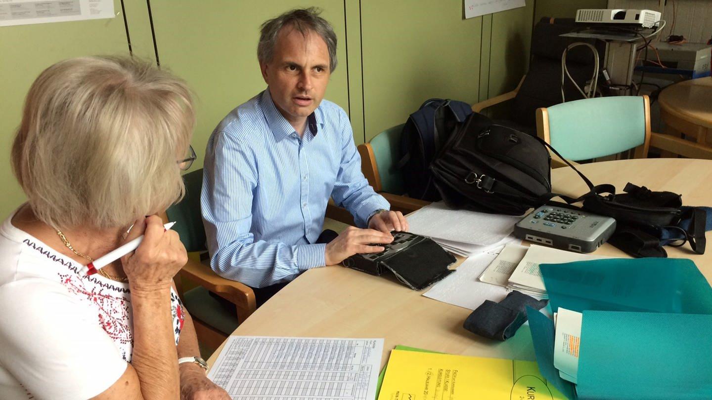 Christof Müller bereitet mit seiner Lese-Assistentin Frau Pfenning den Unterricht vor (Foto: SWR, Andi Ueding)
