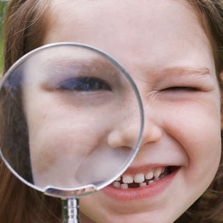 Creative Highlights Symbolfotos Girl Looking Through Magnifying Glass,model released, Symbolfoto (Foto: Imago, ingimage)