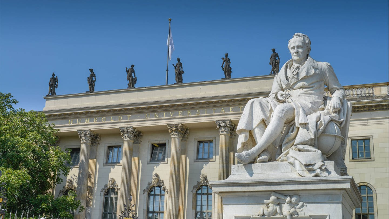 Denkmal Alexander von Humboldt vor dem Hauptgebäude der Humboldt-Universität in Berlin (Foto: Imago, imago stock&people / imago/Joko)