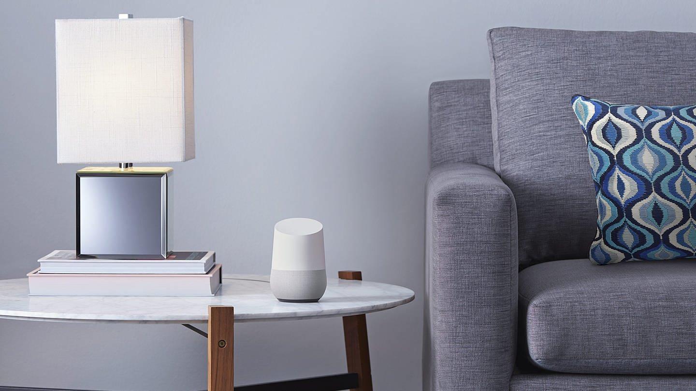 Ein Google Home Lautsprecher steht in einem Wohnzimmer. (Foto: dpa Bildfunk, -/Google/dpa +++(c) dpa – Bildfunk)