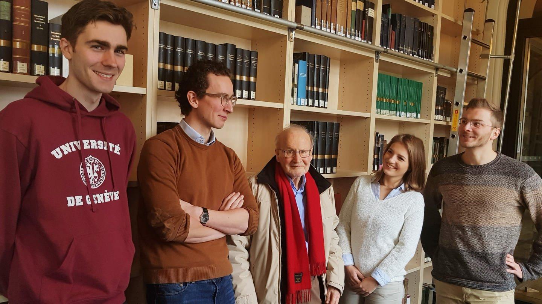 Helmut Kramer mit Jurastudierenden, (v.l.) Timo Albrecht, Tim Schütz, Helmut Kramer, Papaie Georgie und Florian Philippi (Foto: SWR, Hans Rubinich)