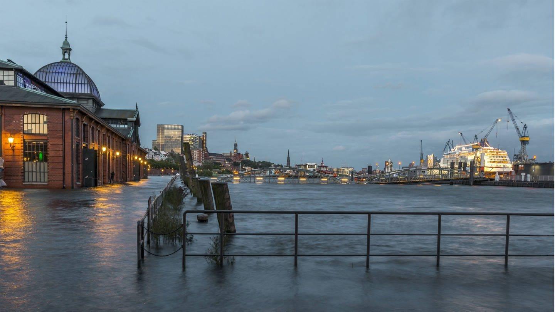 Hochwasser beim Hamburger Fischmarkt (Foto: Imago, imago/Westend61 /  Foto: Kerstin Bittner)
