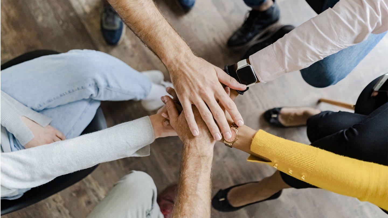 Mehrere Menschen legen die Hände aufeinander (Foto: Imago, imago images / Westend61 / Foto Giorgio Fochesato)