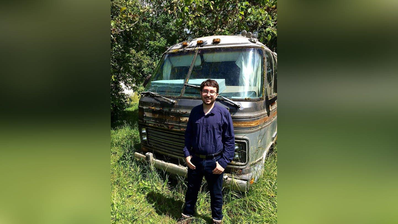 Alex Loznac auf seiner Farm vor einem alten Bus (Foto: SWR, Harald Brandt)