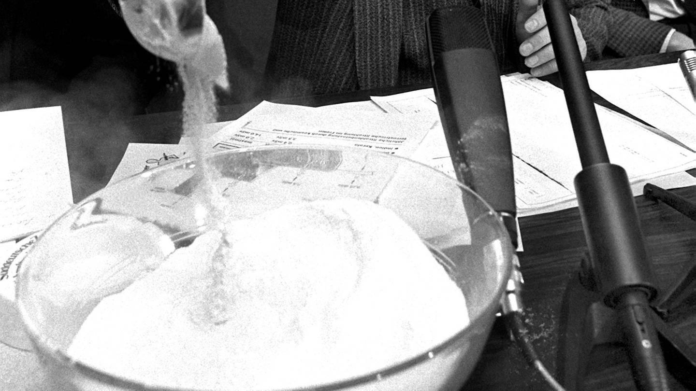 Umweltminister Alfred Dick (CSU)  in München mit verseuchtem Molkepulver (Foto: picture-alliance / Reportdienste, Frank Mächler)
