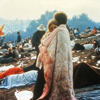 Ein Paar beim Woodstock Festival  (Foto: picture-alliance / Reportdienste, United Archives/TBM)