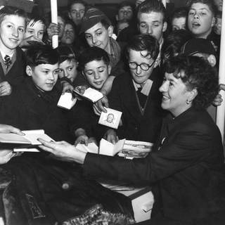 Enid Blyton beim Autogramme verteilen (Foto: Imago, IMAGO / United Archives International)