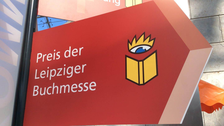 Ein rotes Schild in Pfeilform mit der Aufschrift