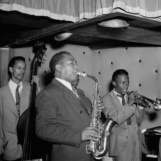 Porträt von Charlie Parker, Tommy Potter, Miles Davis, Duke Jordan und Max Roach, Three Deuces, New York,  August 1947 ugf.  (Foto: Imago, imago images / Cinema Publishers Collection  )