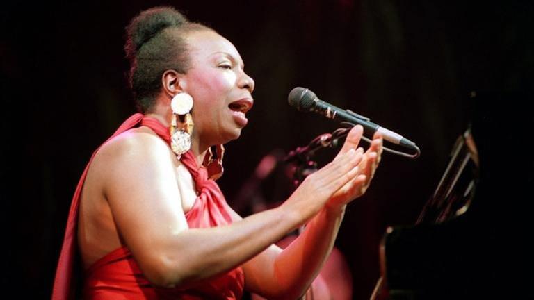 Die amerikanische Jazz-Sängerin Nina Simone tritt am 22.10.1991 in Paris auf (Foto: picture-alliance / dpa, picture-alliance / dpa - epa afp Guay)