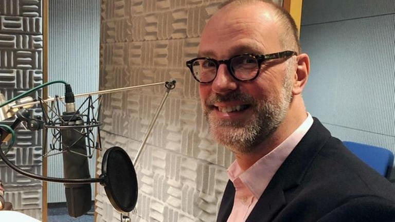 Der neue Chef des Festspielhauses Baden-Baden, Benedikt Stampa, im SWR2-Studio am Mikrophon. (Foto: SWR, SWR - Foto: Marc Bürkle)
