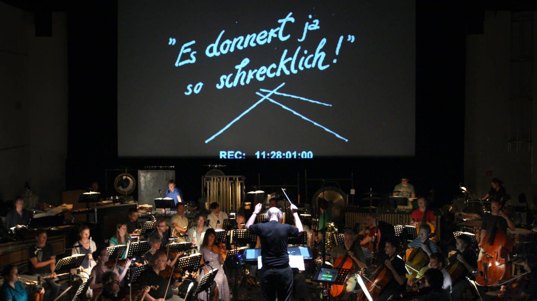 Die Augsburger Philharmoniker, dirigiert von Johannes Kalitzke zu einem Stummfilm