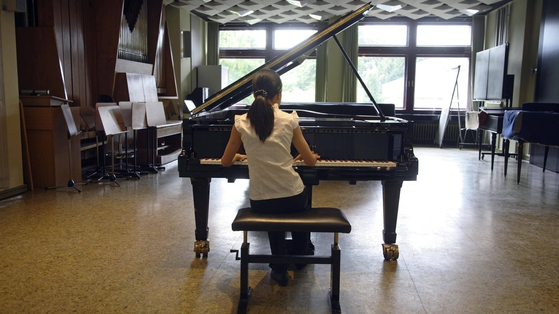Eine Jungstudentin übt an der Robert-Schumann-Hochschule im Kammermusiksaal am Fluegel.