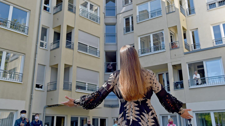 Irina Simmes, Sopranistin vom Theater Dortmund, singt im Innenhof des Seniorenwohnsitz Kreuzviertel (Foto: picture-alliance / Reportdienste, Caroline Seidel)