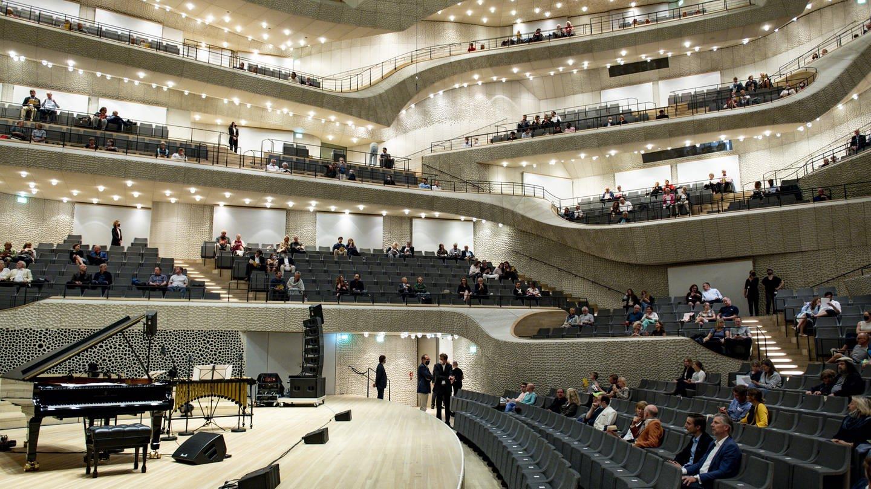 """Besucher warten auf den Beginn des Konzertes """"Come together"""