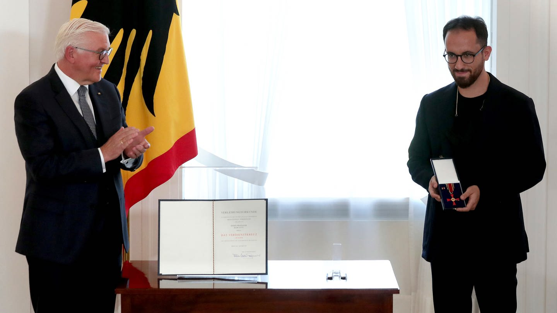 Igor Levit wird mit dem Bundesverdienstkreuz ausgezeichnet. (Foto: picture-alliance / Reportdienste, picture alliance/Michael Sohn/POOL AP/dpa)