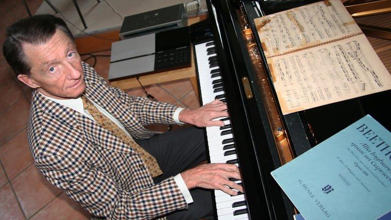 Der Pianist Josef Bulva sitzt am Klavier (Foto: picture-alliance / dpa, dpa - Özlem Yilmazer)