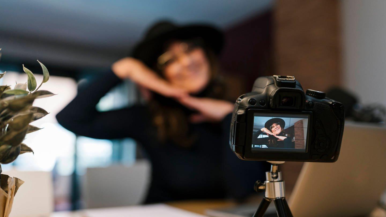 Vloggerin posiert in die Kamera (Foto: Imago, IMAGO / Westend61)