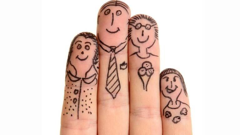 4 Finger sind mit Gesichtern bemalt und stellen eine Familie dar