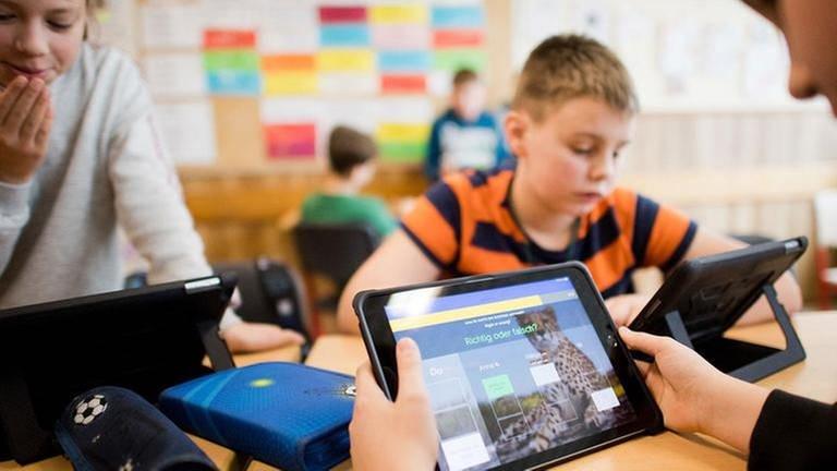 Schüler einer 5. Klasse lernen im Englischunterricht mit iPads (Foto: picture-alliance / Reportdienste, picture alliance/Julian Stratenschulte/dpa - Julian Stratenschulte)