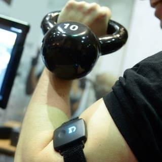 Ein Mann präsentiert einen Fitness-Tracker (Foto: SWR, picture alliance / dpa - Britta Pedersen)