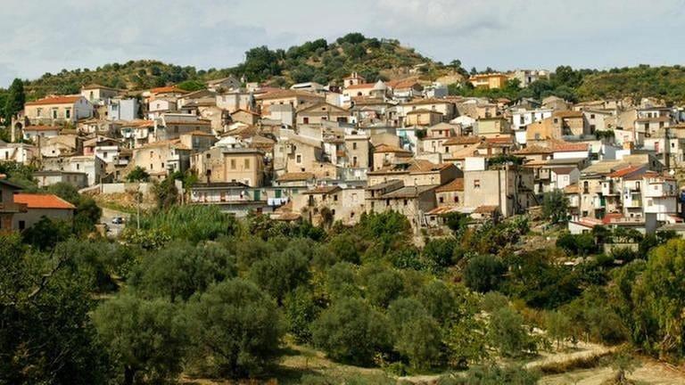 Blick auf das italienische Dorf Riace in Kalabrien