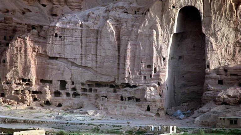 Blick auf die etwa 60 Meter hohe Felseinbuchtung der zerstörten Buddha-Statue in Bamiyan. (Foto: picture-alliance / Reportdienste, picture-alliance / Reportdienste -)