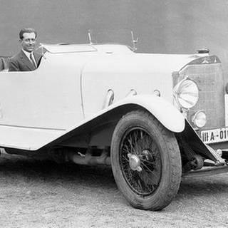 Adolf Rosenberger in einem Mercedes-Benz. (Foto: SWR, Daimler AG / Rosenberger-Archiv -)