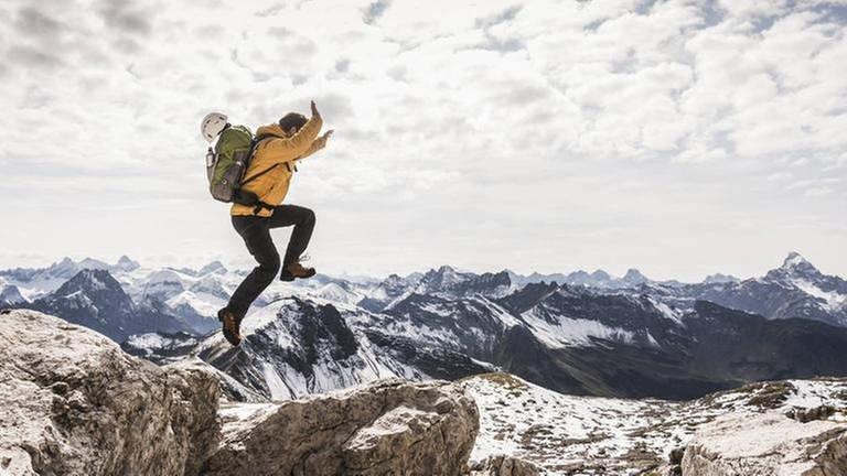 Mann springt in den Bergen (Foto: Imago, Imago - Uwe Umstätter)