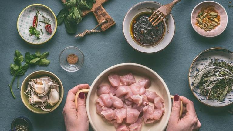 Tisch mit Essen und Gewürzen