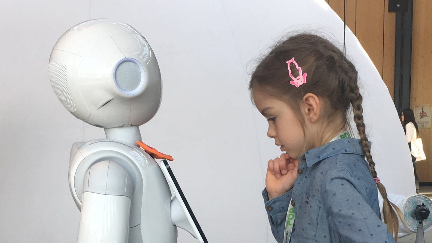 Kind begegnet humanoidem Roboter (Foto: SWR, Gabor Paal/SWR - Gabor Paal)