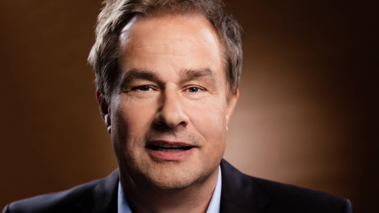 Moderator Lars Reichow (Foto: Pressestelle, Lachland ltd - Mario Andreya)