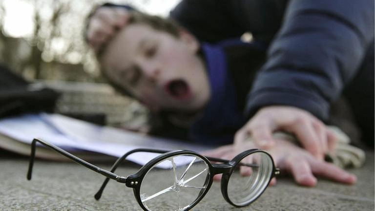 Ein Junge wird von Mitschülern auf einem Schulhof zusammengeschlagen (gestellte Szene) (Foto: picture-alliance / dpa, picture-alliance / dpa - Ulrich Baumgarten)