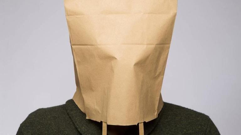 Person mit Tüte über dem Kopf (Foto: Imago, Imago -)
