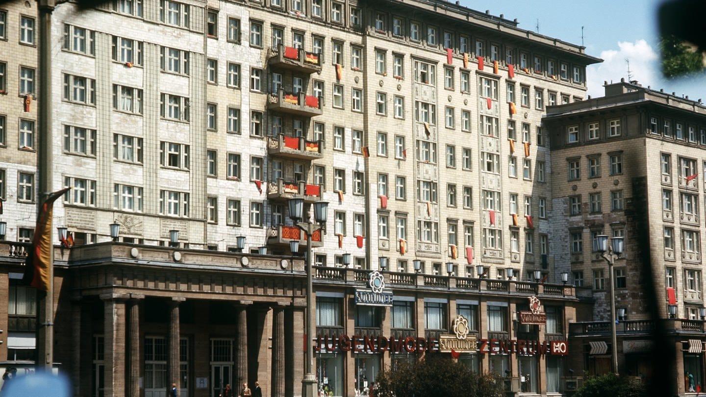 Gebäude in der Karl-Marx-Allee (ehemals Stalin-Allee) in Ost-Berlin