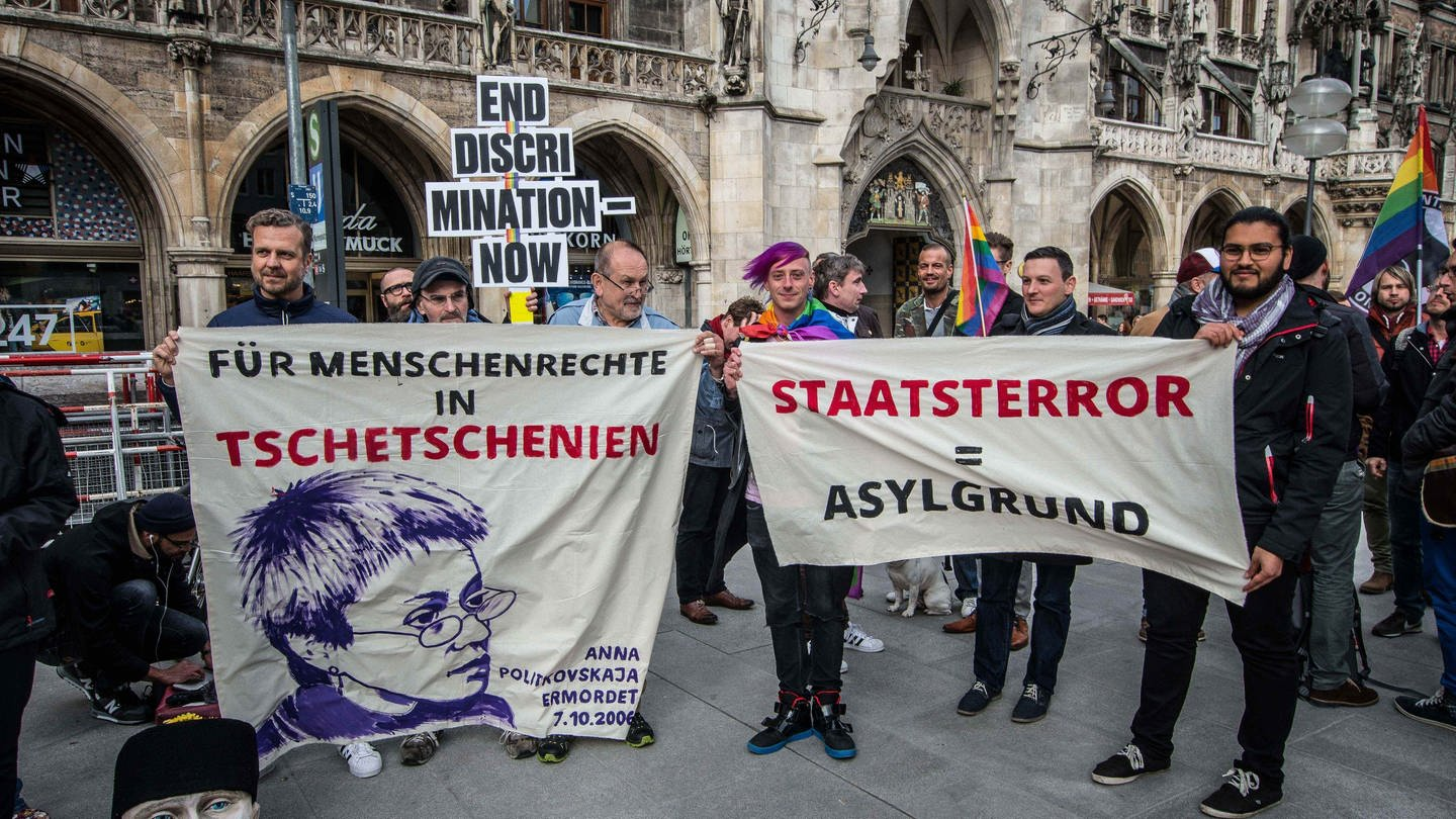 Demonstration gegen Säuberungsaktionen in Tschetschenien, die sich nach Angabe der Demonstranten gegen Homosexuelle richten (April 2017 in München) (Foto: picture-alliance / Reportdienste, picture alliance/ZUMA Press)