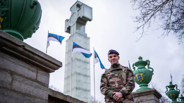 Wie sieht die Zukunft der NATO aus? Oberst Guillaume Trohel, Kommandeur des französischen Kontingent der NATO-Kampfgruppe, vor dem Denkmal für den Unabhängigkeitskrieg in Tallinn / Estland (Foto: Imago, imago images/Scanpix)