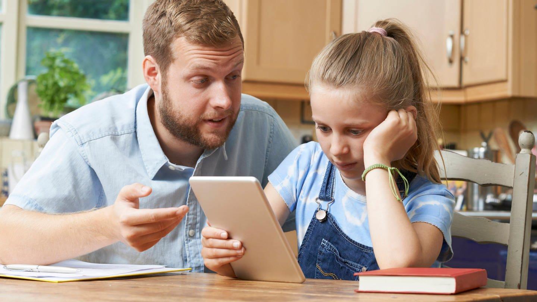 Während der Corona-Krise lernen die Kinder zu Hause; das ist weder für die Jugendlichen noch die Eltern leicht (Foto: Imago, imago images / ingimage)