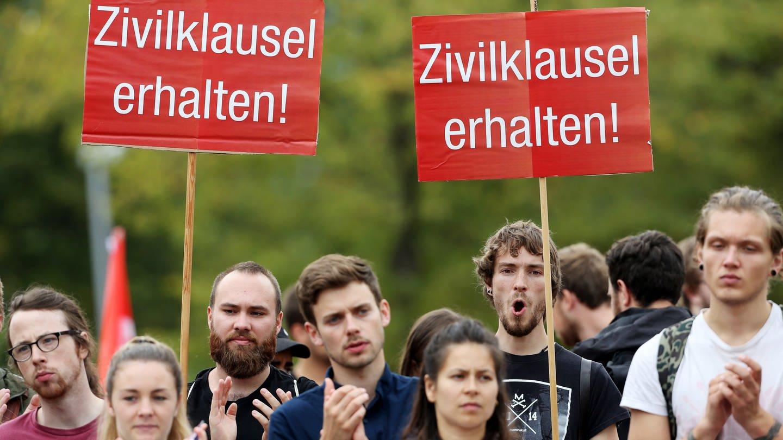 Studenten demonstrieren am 11.7.2019 vor dem Düsseldorfer Landtag gegen das geplante neue Hochschulgesetz mit einem Plakat