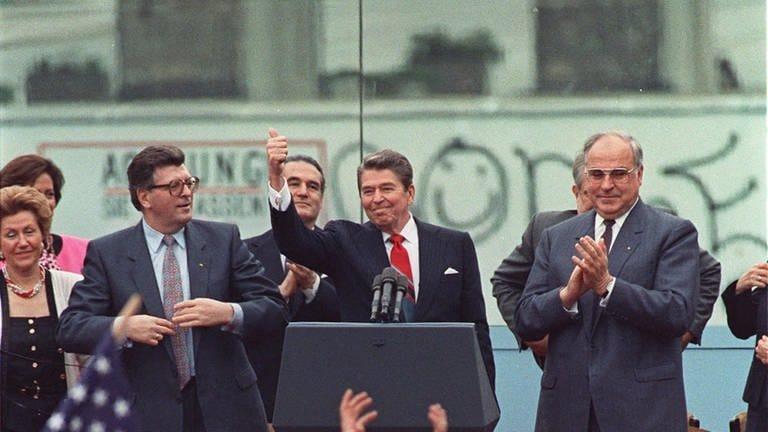 US-Präsident Ronald Reagan am 12. Juni 1987 bei seiner berühmten Rede vor dem Brandenburger Tor in West-Berlin: