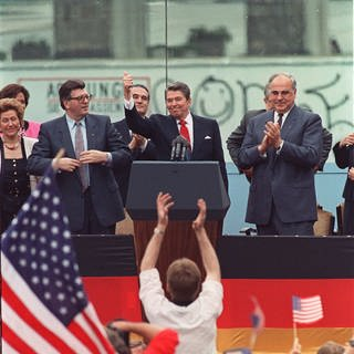 "US-Präsident Ronald Reagan am 12. Juni 1987 bei seiner berühmten Rede vor dem Brandenburger Tor in West-Berlin: ""Mr. Gorbachev, tear down this wall!""  (Foto: picture-alliance / Reportdienste, AP Photo/J. Scott Applewhite)"