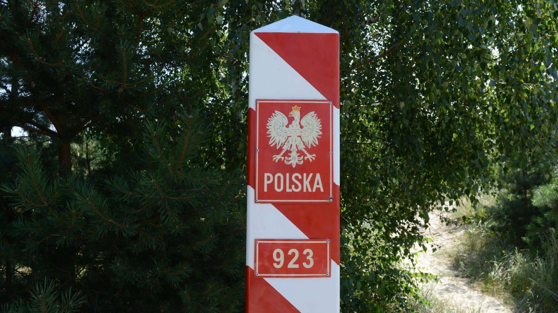 Polnischer Grenzpfosten: Tausende polnische Fach- und Pflegekräfte verlassen regelmäßig ihr Heimatland. Die Lücken füllen vor allem Ukrainier (Foto: Imago, imago/fossiphoto)