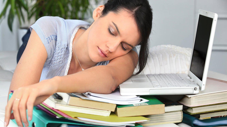 Stress mit Hausarbeiten und Klausuren, Panik vor Prüfungen und Zukunftsängste: Der Leistungsdruck im Studium kann groß sein und viele Studierende werden dadurch psychisch krank (Foto: Colourbox)