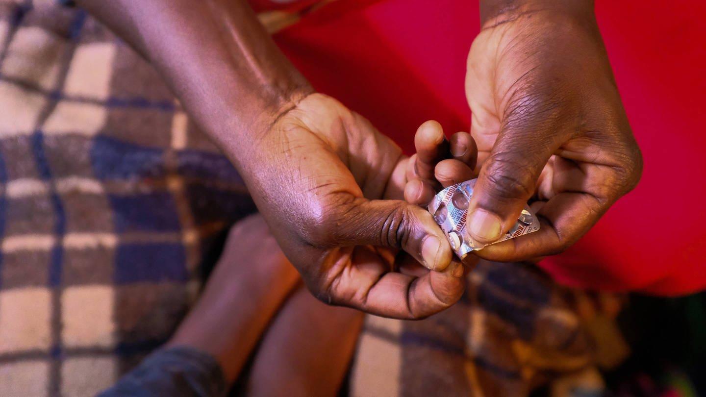 imago images / Donwilson Odhiambo (Foto: Imago, Noch immer sterben weltweit sehr viele Menschen an der Infektionskrankheit Tuberkulose, obwohl die Krankheit heilbar ist und verhindert werden kann. Doch Medikamente sind teuer.)