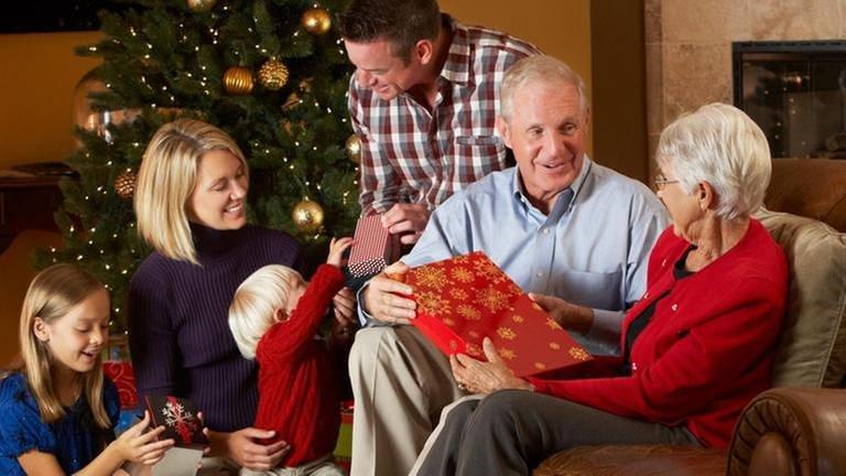 Familie packt Weihnachtsgeschenke aus (Foto: Colourbox, Foto: Colourbox.de -)